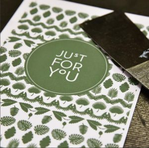 "Kaart ""Just for you"" groene blaadjes Letterpers 1"