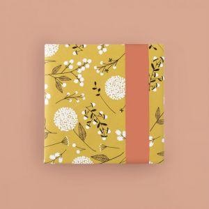 Cadeaupapier geel met witte bloem (HOP) 1
