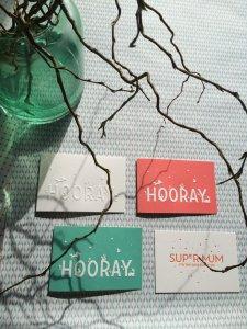 Wenskaart 'Hooray' warm rose ambachtelijk gedrukt in Letterpers 3