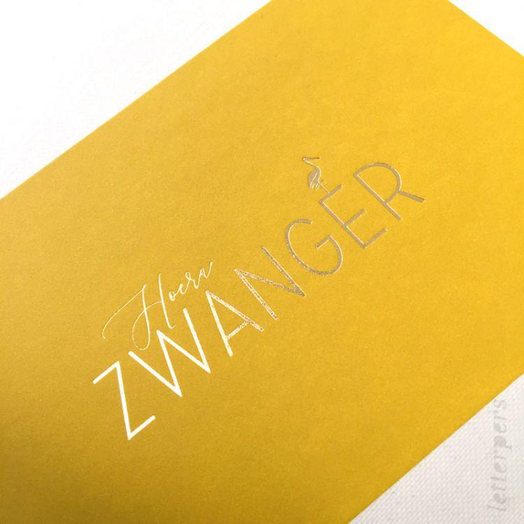Hoera zwanger kaart geel, Letterpers