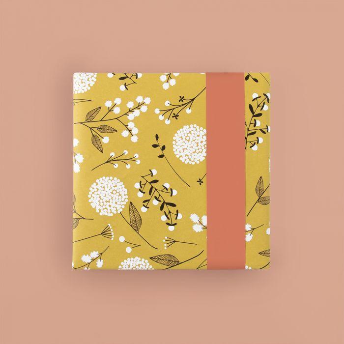 Cadeaupapier geel met witte bloem (HOP)